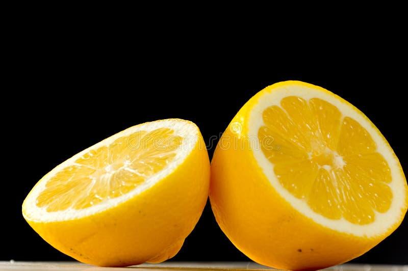Zitrone auf schwarzem backgound stockbilder