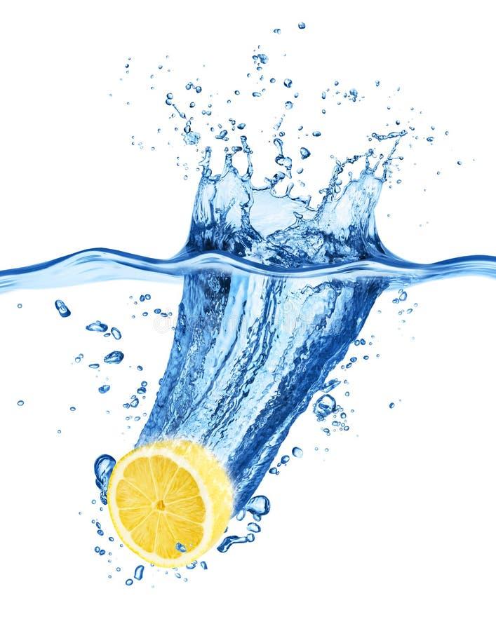 Zitrone, die in Wasser fällt Getrennt auf einem Weiß stockfotografie