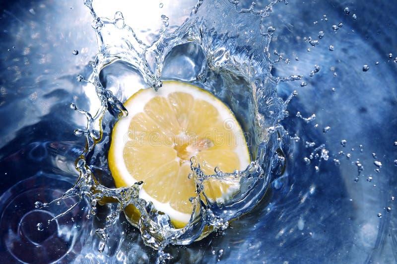 Zitrone, die Wasser spritzt stockfotos