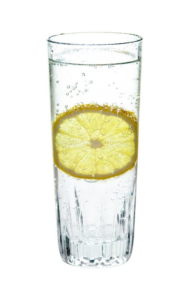 Zitrone, in einem Glas funkelndem Wasser, lizenzfreie stockfotos