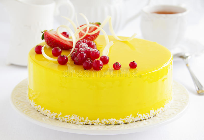 Zitrone-Erdbeerkuchenkremeis stockbild