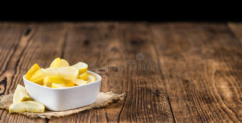Zitrone geschnitten auf selektivem Fokus des hölzernen Hintergrundes stockfotografie