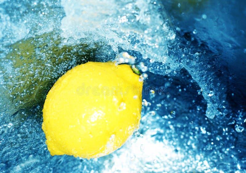Zitrone in hetzendem Wasser stockfotografie