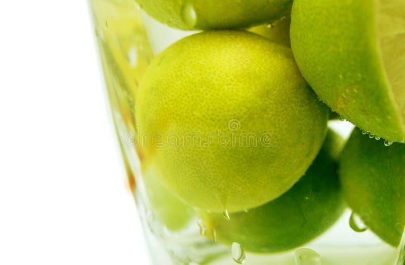 Zitrone im Wasser stockbilder