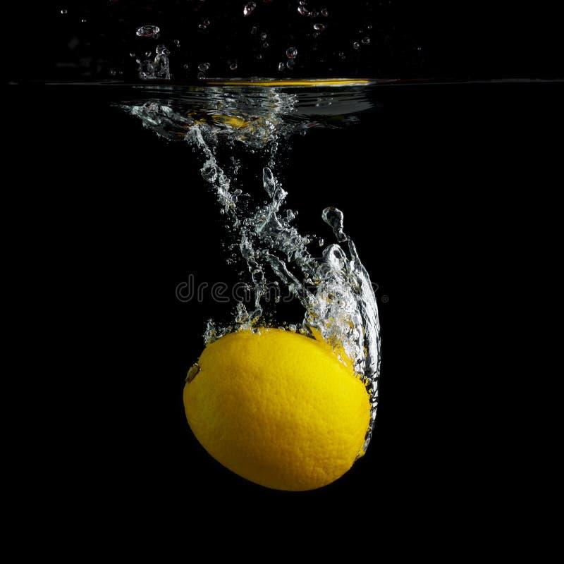 Zitrone im Wasser lizenzfreie stockfotos