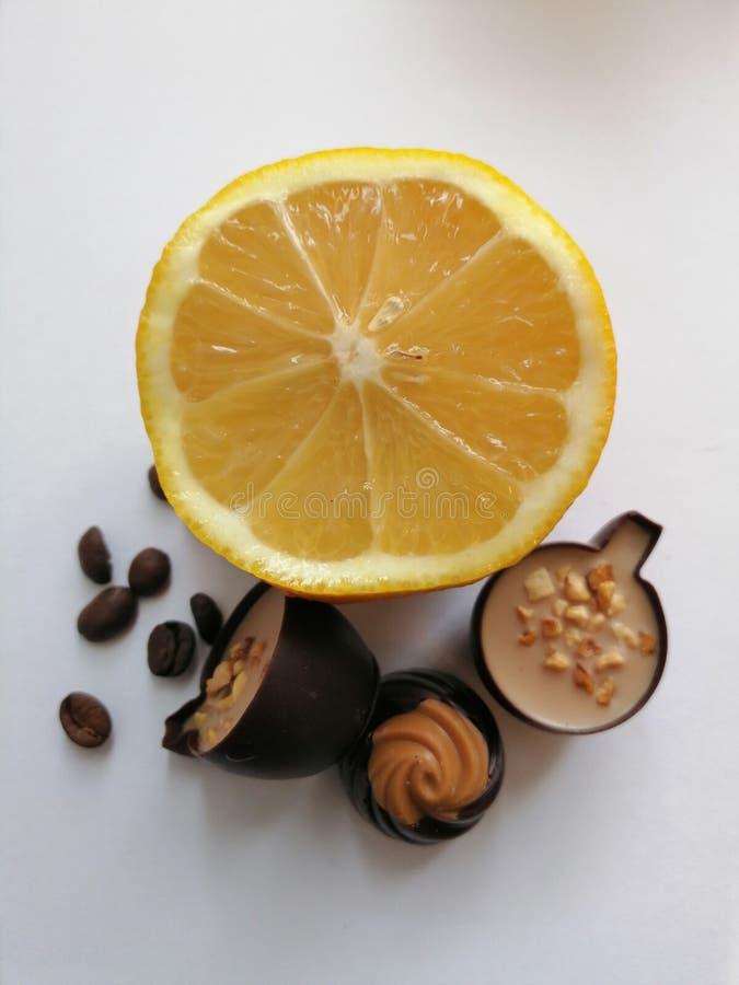 Zitrone, Kaffeebohnen und Süßigkeit lizenzfreie stockfotos