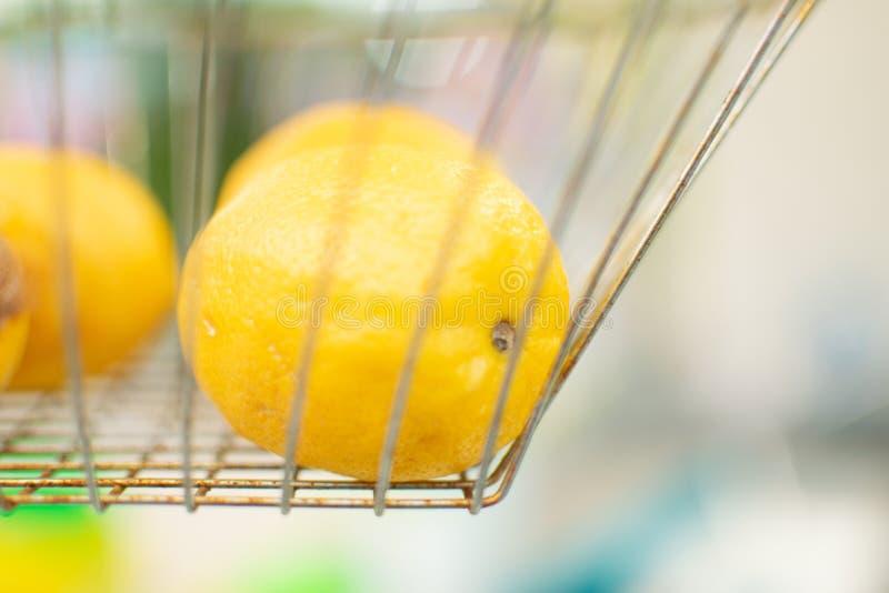 Zitrone, kurz bevor sie in frische zusammengedrückte Limonade gemacht wird stockfotografie