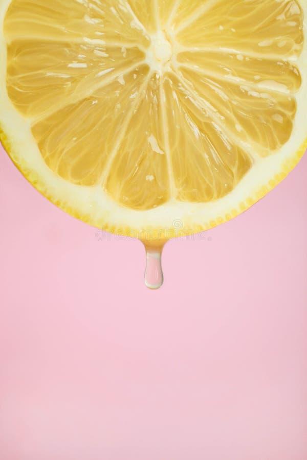 Zitrone mit einem Tropfen stockbilder