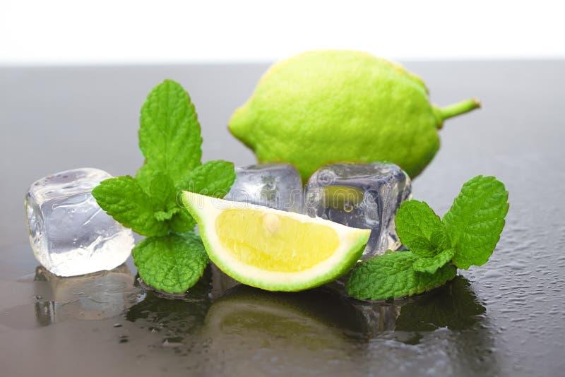 Zitrone mit Eis lizenzfreie stockbilder