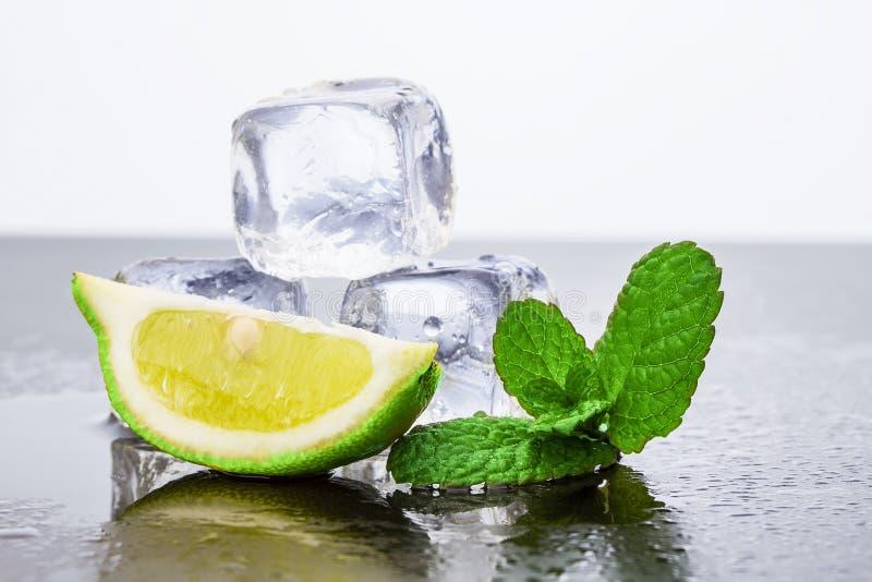 Zitrone mit Eis stockbild