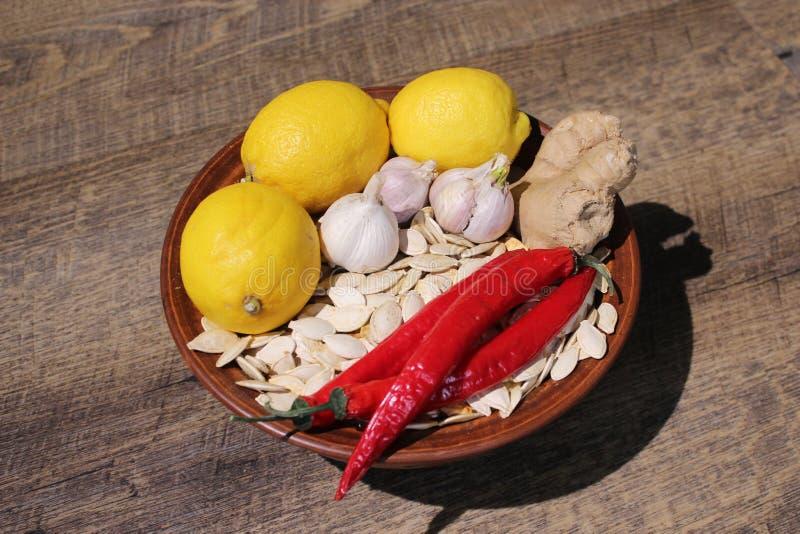 Zitrone, Pfeffer, Pollock, Ingwer, Samen auf einem Holztisch stockbilder