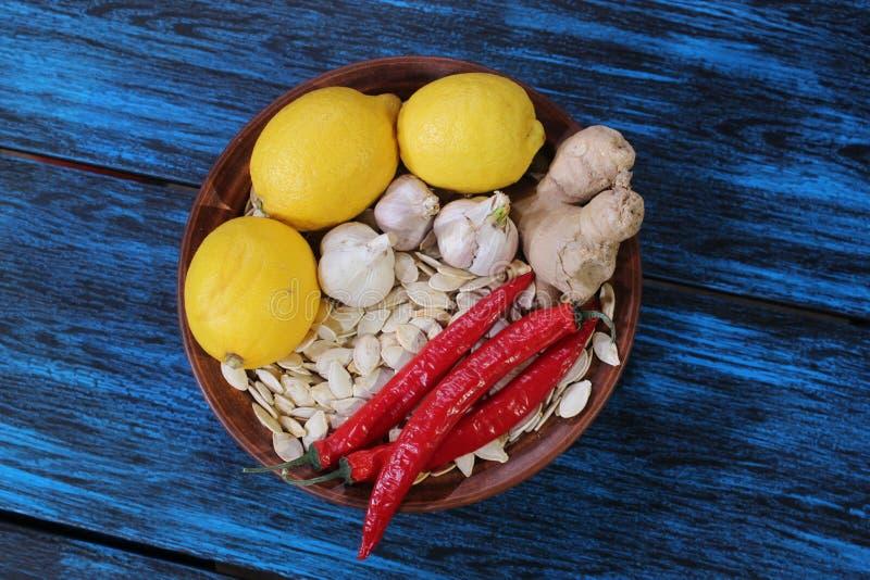 Zitrone, Pfeffer, Pollock, Ingwer, Samen auf einer blauen Tabelle stockfotos