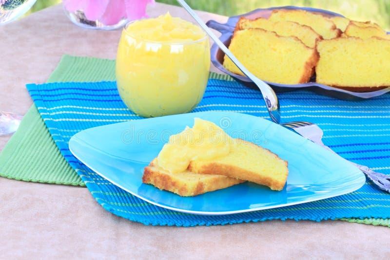 Zitrone-Pound-Kuchen mit Zitrone-Klumpen stockbilder