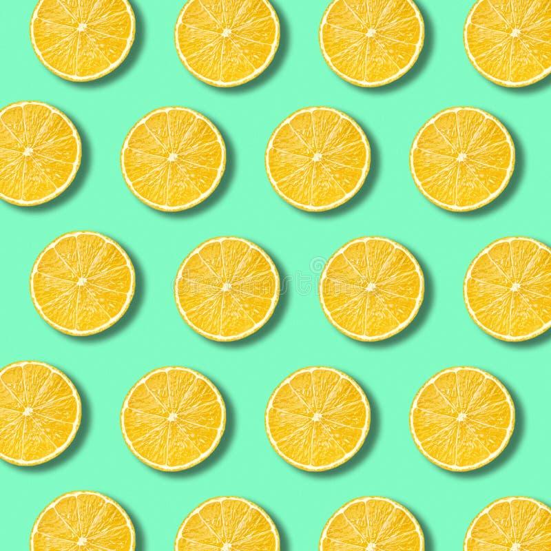 Zitrone schneidet Muster auf vibrierendem grüne Farbhintergrund lizenzfreie stockfotos