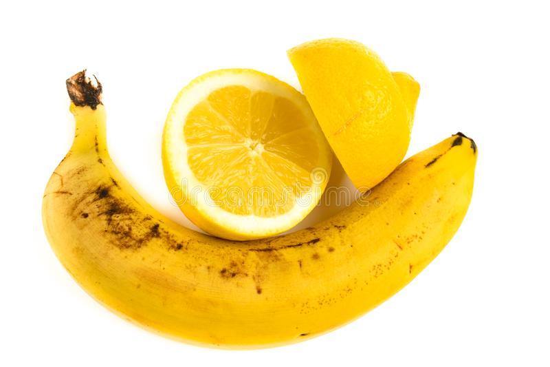 Zitrone und Banane lokalisiert auf der weißen Hintergrundscheibe hell lizenzfreie stockfotos