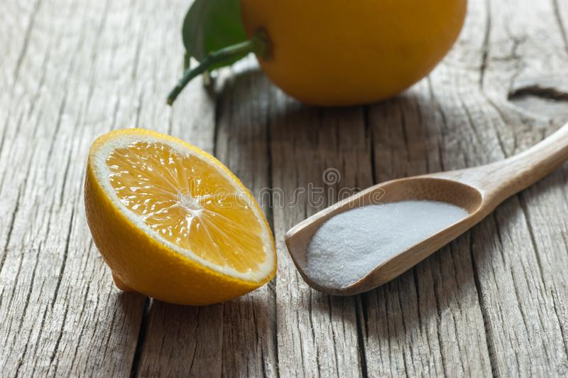Zitrone und Karbonatspulver oder -Backnatron auf Holztisch, Alternativmedizin, organischer Reiniger stockfoto