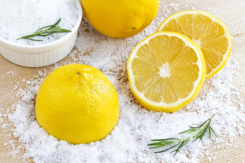 Zitrone und Seesalz - Schönheitsbehandlung mit organischem Kosmetikesprit lizenzfreie stockbilder