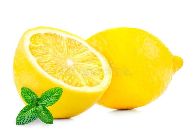 Zitrone und tadellose Blätter lokalisiert auf weißem Hintergrund Zitrusfrucht mit Melisseblatt, Abschluss oben stockbilder