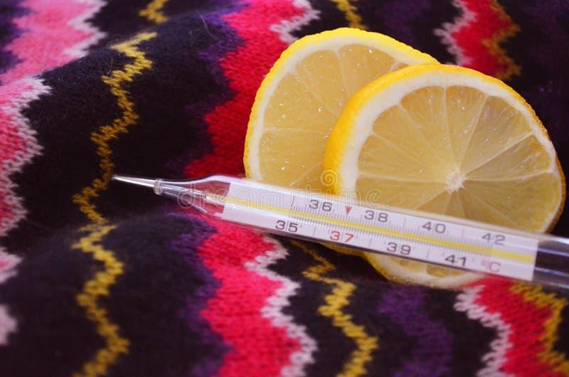 Zitrone und Thermometer, Abschluss oben stockfoto