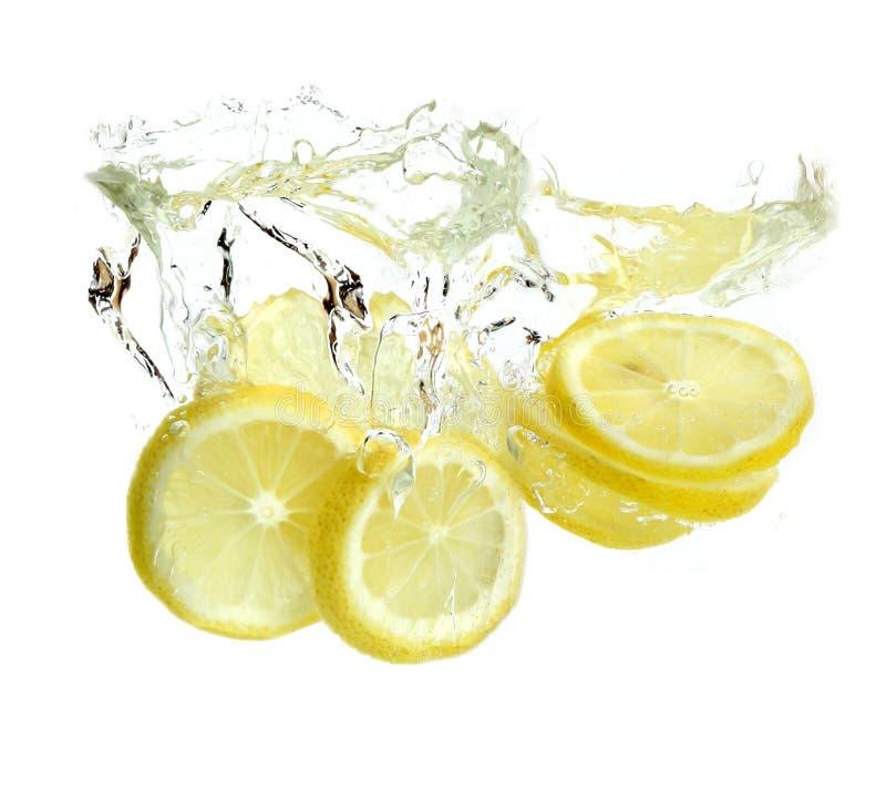 Zitrone wird in Wasser fallen gelassen lizenzfreie stockbilder