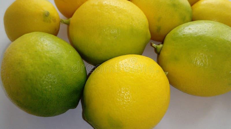 Zitronen auf einem hellen Hintergrund lizenzfreies stockbild