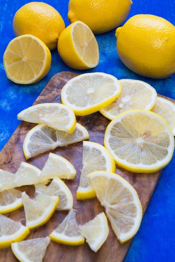 Zitronen auf einem weißen Studiohintergrund lizenzfreie stockfotografie