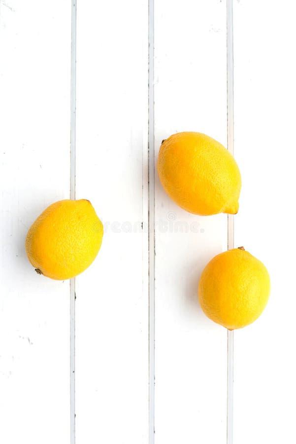Zitronen auf einem wei?en h?lzernen Hintergrund lizenzfreie stockfotos