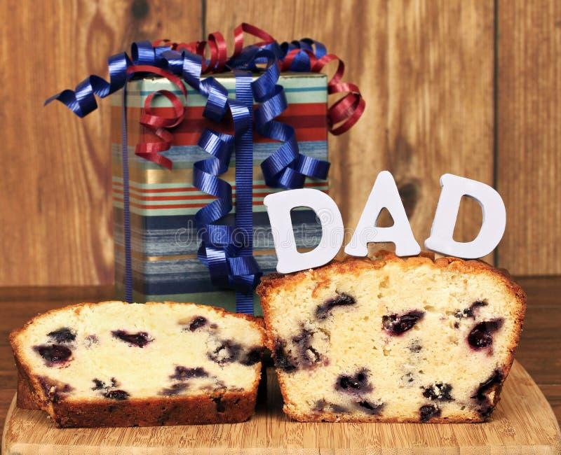 Zitronen-Blaubeere Poundcake und ein Geschenk für Vati stockfotografie