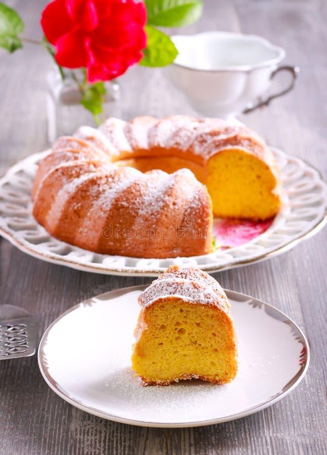 Zitronen-Chiffon- Kuchen mit Puderzucker auf die Oberseite lizenzfreie stockbilder