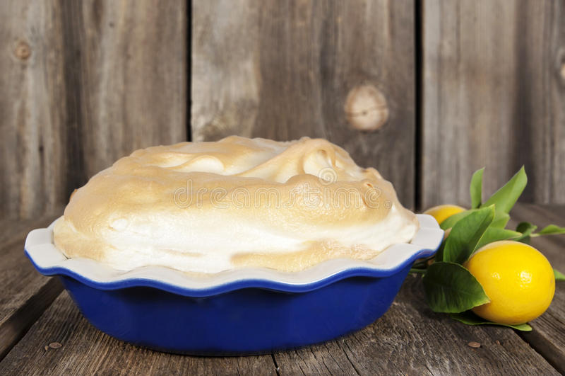 Zitronen-Meringe-Torte stockfotografie