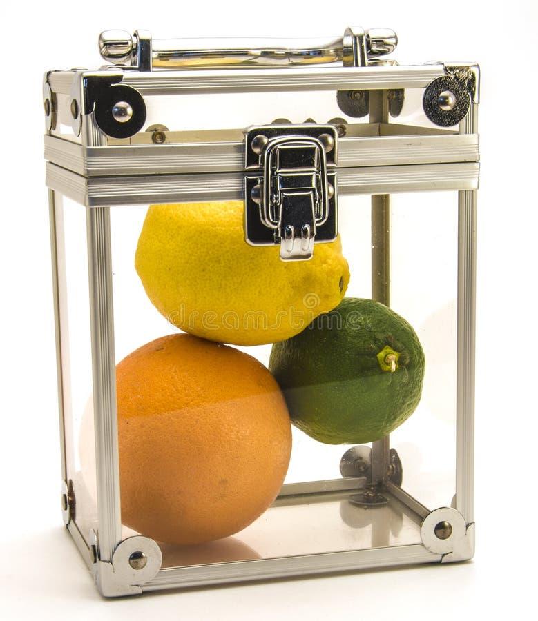 Zitronen-orange Kalk in einem Kasten stockfotos