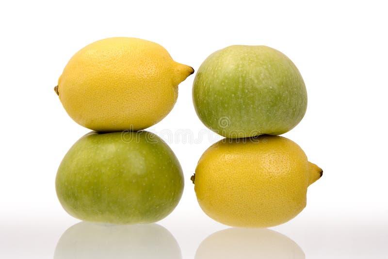 Zitronen und grüne Äpfel stockfotografie