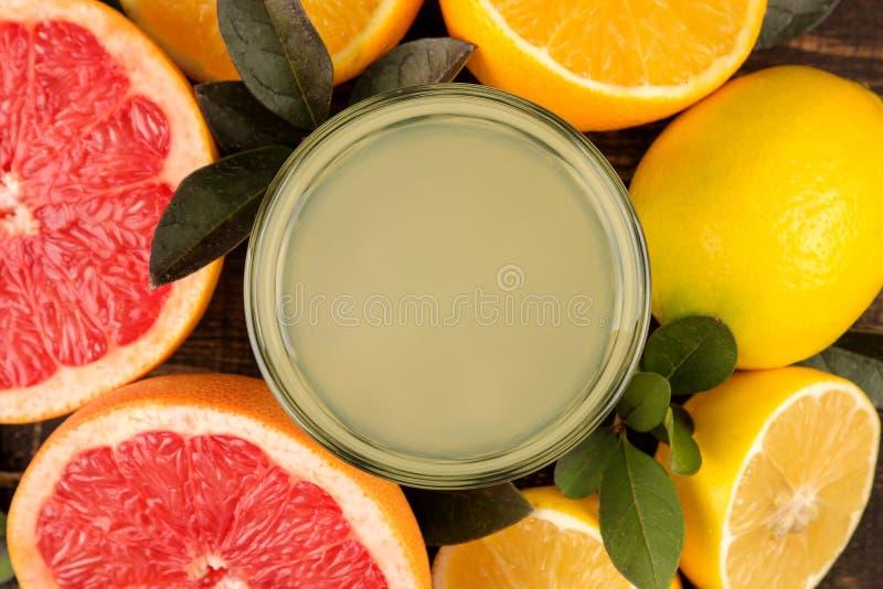 Zitronen und Kalk Verschiedene Zitrusfrüchte mit Blättern der Zitrone, der Orange, der Pampelmuse und des Zitronensaftes auf eine stockfotos