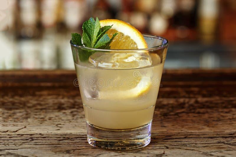 Zitronenalkoholcocktail lizenzfreie stockbilder