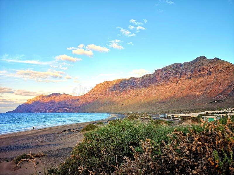 Zitronengelber vulkanischer Strand stockbilder