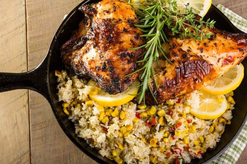Zitronenhuhn mit Reis und gebratenem Mais stockfoto