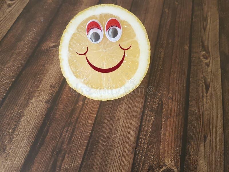 Zitronenkarikatur mustert auf hölzernem, Kind-` s Menü, stockfotos