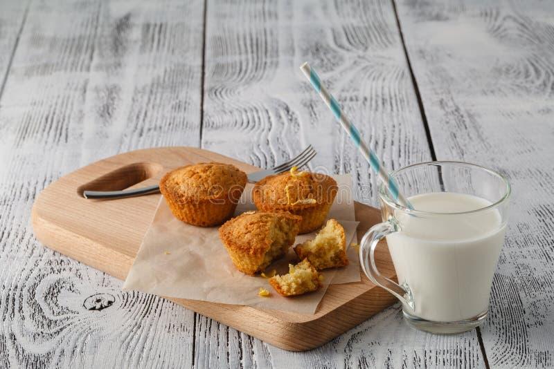 Zitronenkleine kuchen und Milchschale stockfotografie