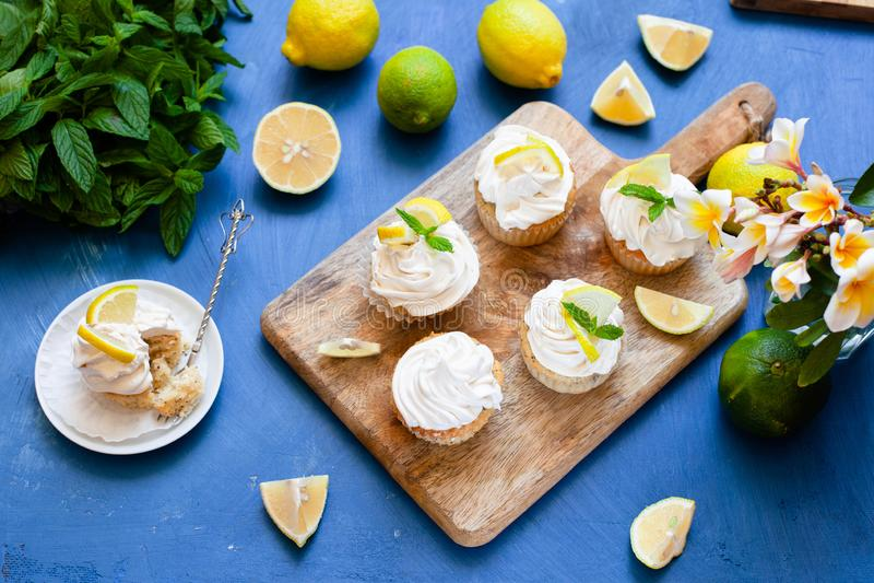 Zitronenkuchen mit Mohnsamen, weißer Buttercreme und Zitronenschnitzel lizenzfreie stockfotos