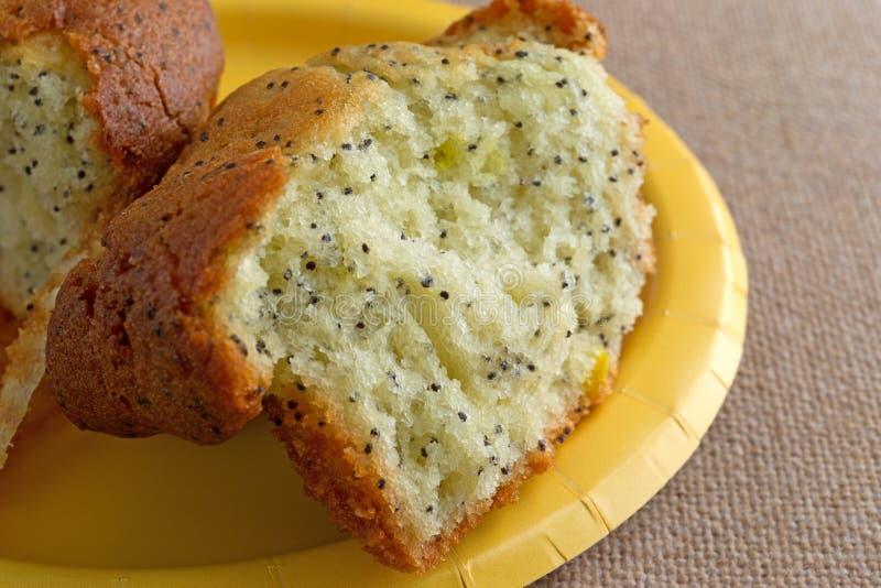 Zitronenpfeffer-Frühstücksmuffin eingelaufen Hälfte stockbild
