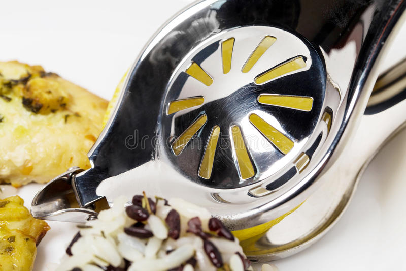 Zitronenquetschernahaufnahme auf der Platte lizenzfreies stockfoto