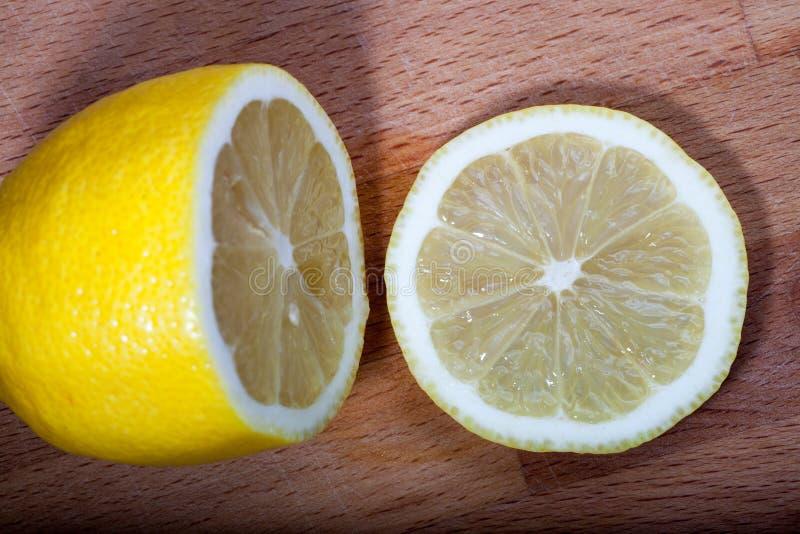 Zitronenscheiben auf dem Schneidebrett stockfoto