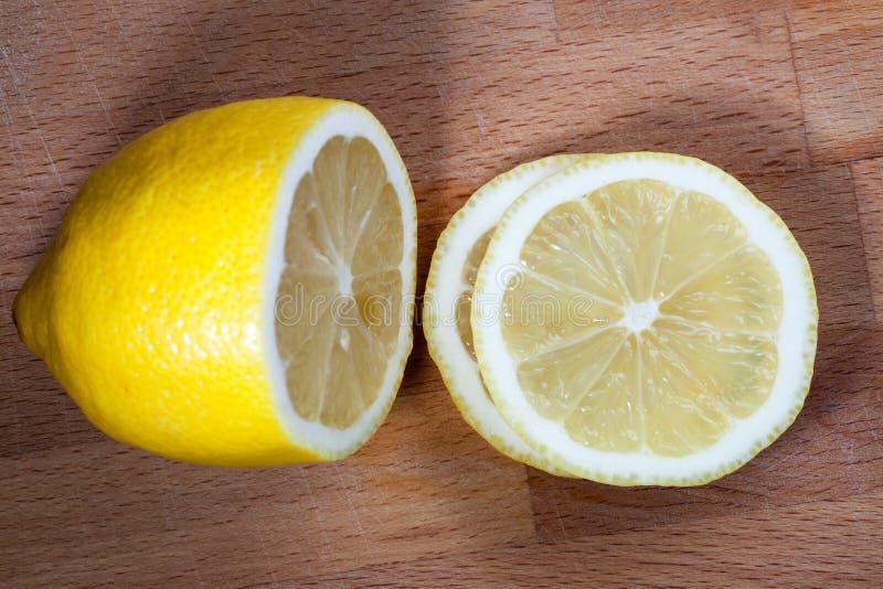 Zitronenscheiben auf dem Schneidebrett lizenzfreies stockbild