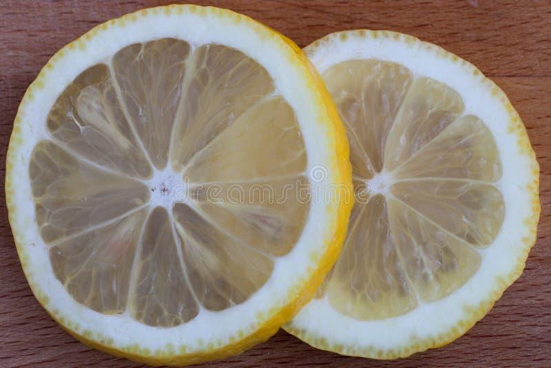 Zitronenscheiben auf dem Schneidebrett lizenzfreie stockfotografie