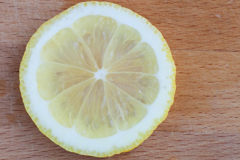 Zitronenscheiben auf dem Schneidebrett lizenzfreies stockfoto