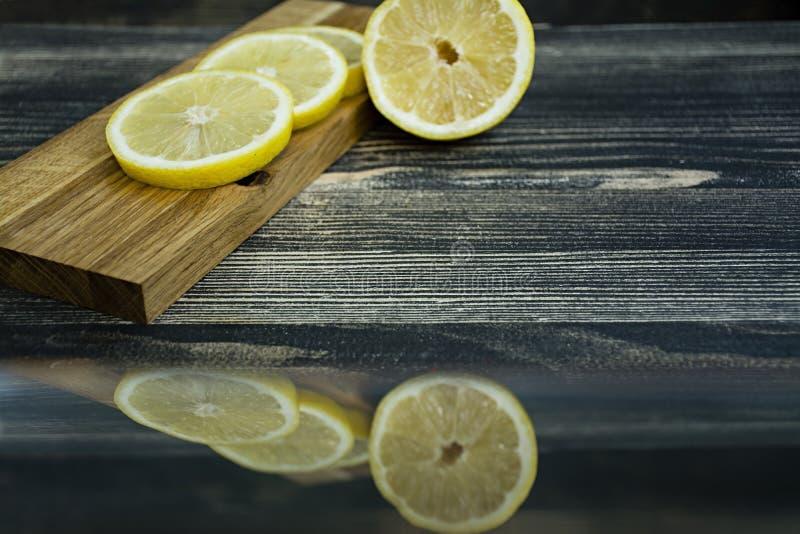 Zitronenscheiben auf einem hölzernen Stand stockbilder