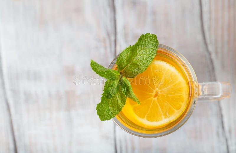Zitronentee im Glas mit Minze auf einem weißen Hintergrund Beschneidungspfad eingeschlossen lizenzfreie stockfotografie