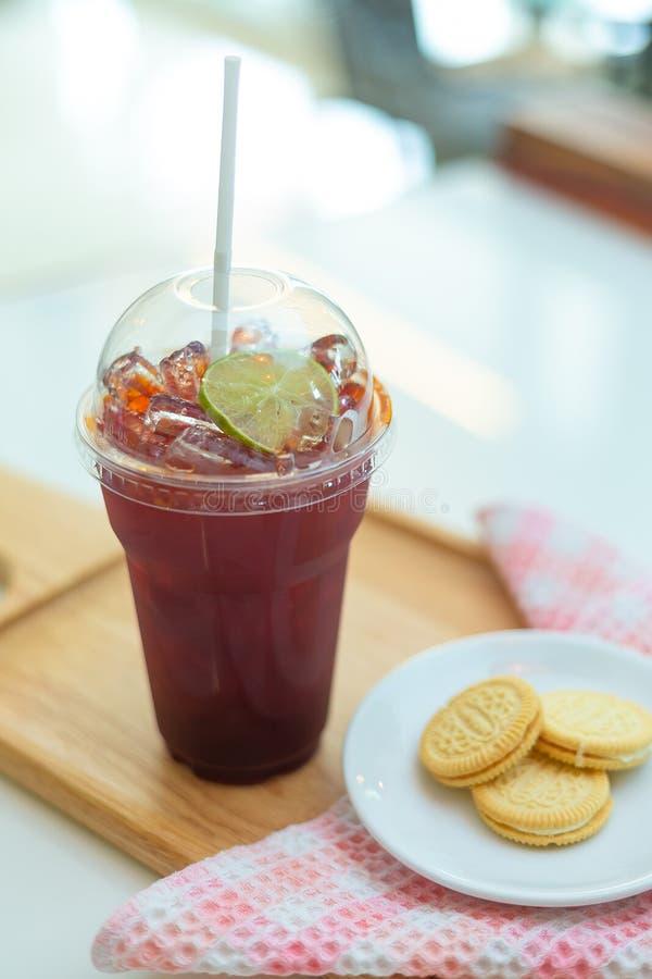 Zitronentee mit Zitrone und Cracker im Café lizenzfreies stockfoto