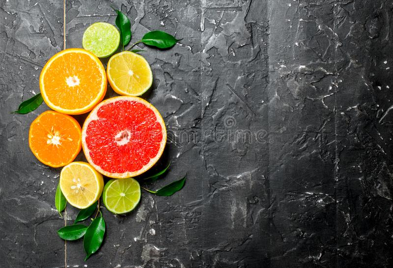 Zitrusfrucht mit Blättern stockfoto