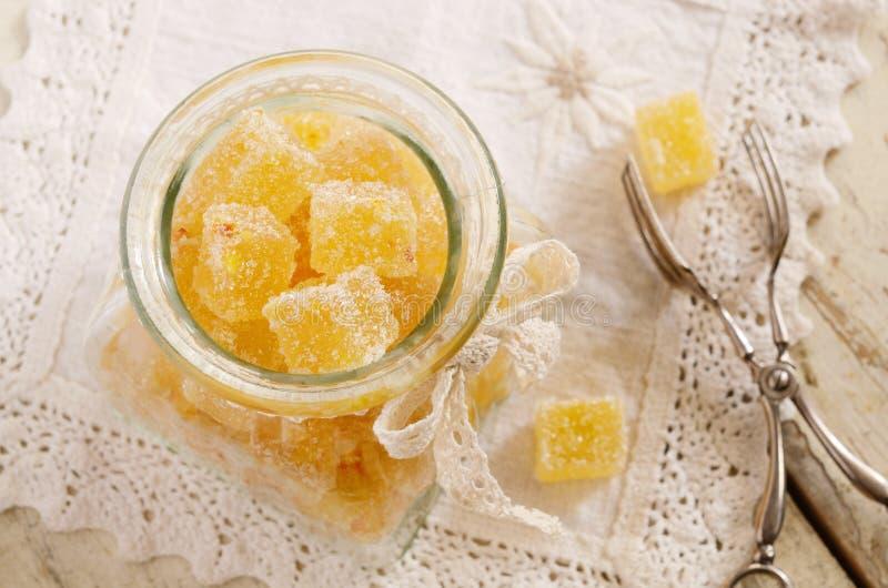 Zitrusfruchtgeleestangen im Glasgefäß auf Spitze Doily lizenzfreies stockbild